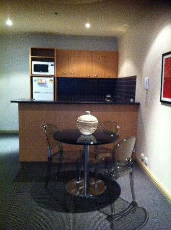 Punthill Flinders Lane Apartments: kitchen/dining