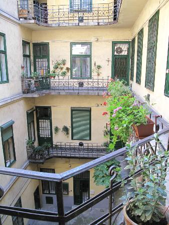 Anno Apartments: Cortile interno