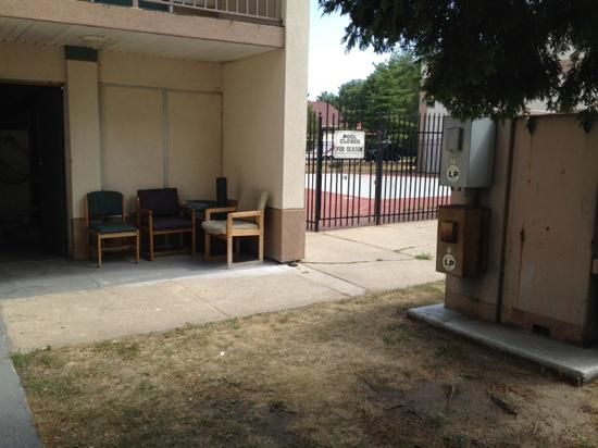 Days Inn Elkhart: dirty property with discarded chairs sitting outside