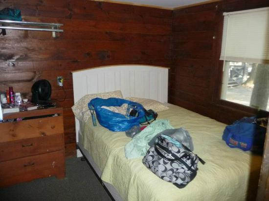 Pine Grove Cottages: Our bedroom in cabin #8