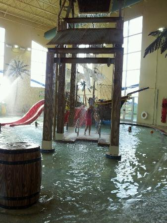 Best Western Lafayette Executive Plaza & Conference Center: Kids under the large treasure chest as it dumps water on them!