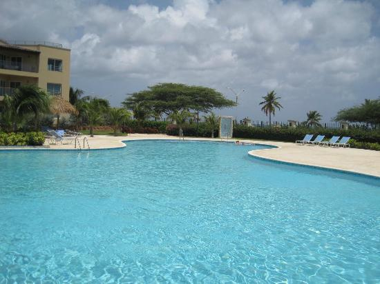 Oceania Deluxe Beachfront Resort: Pool toward beach