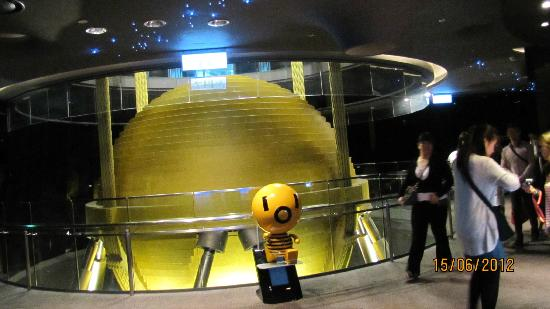 Tower stabilising ball 640 tons picture of taipei 101 for Taipei tower ball