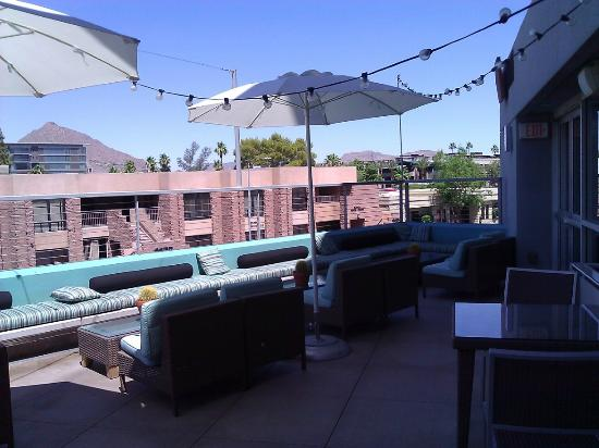 Hotel Indigo Scottsdale: Wide view of the Patio Area