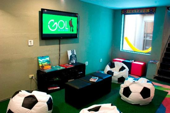 GOL Backpackers Hostel: TV room