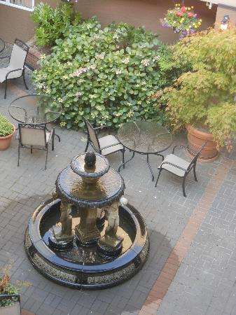 Quality Inn Downtown Inner Harbour: Courtyard is perfect for hosting a little Friday night music...hint!