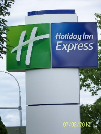 Holiday Inn Express Kelowna: hotel sign