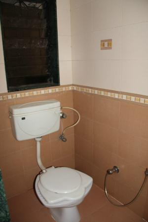 Hotel Oasis: Toilet