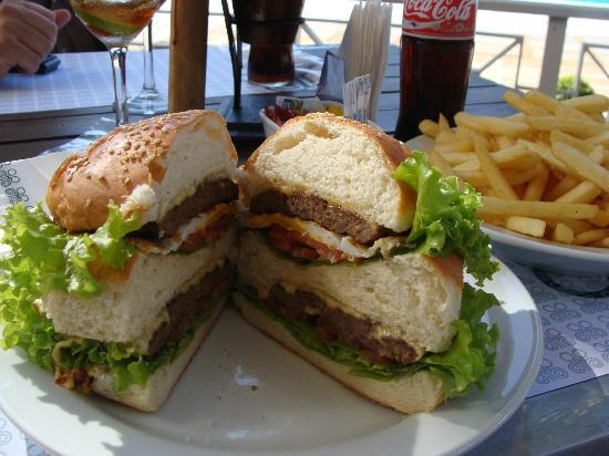 Bourbon Cataratas Convention & Spa Resort: HAMBURGUESA gigante en el bar