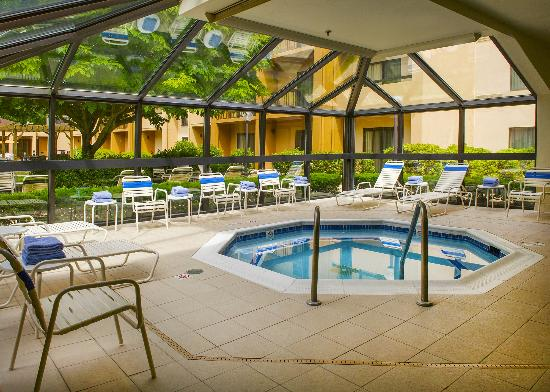 Courtyard by Marriott Andover: Indoor Pool