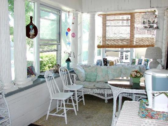 Andrea's Bed and Breakfast: Relax in the Front Porch for Breakfast