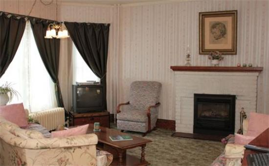 Andrea's Bed and Breakfast: Relax in the Livingroom by the Fireplace