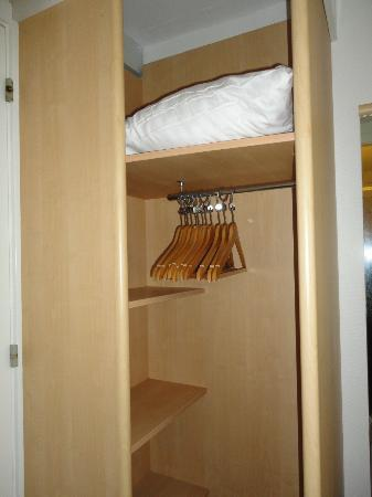 Copenhagen Crown Hotel: closet