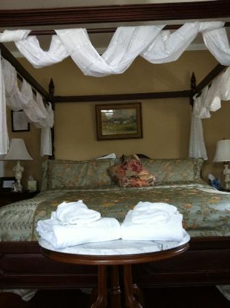 Edgewood Manor Bed and Breakfast: Bedroom was so comfortable