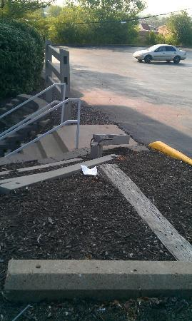 Quality Inn Maryland Heights: trip hazard on the way to an unlocked door at the side.