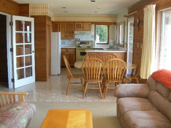 Seabreeze Resort: Kitchen dining area of cottage #7