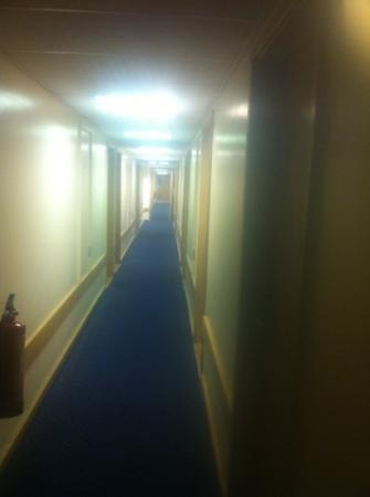 Travelodge Staines: bright corridor full of lights