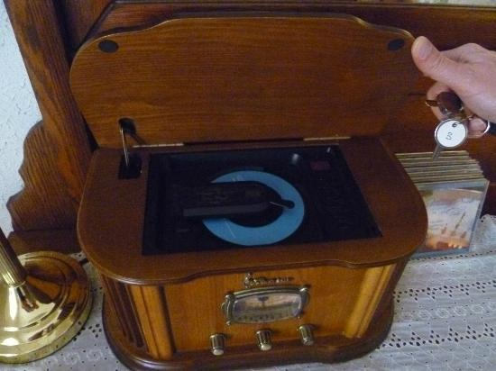 Ashling Cottage: Old Fashioned CD player