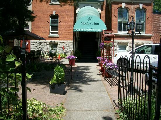 Auberge McGee&#39;s Inn: Front Entrance