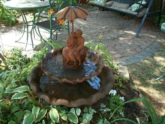 Auberge McGee's Inn: Fountain