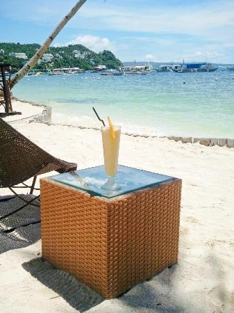 7Stones Boracay Suites: Fruit shake at the beach area