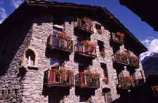 Hotel dolonne courmayeur italy hotel reviews for Design hotel valle d aosta