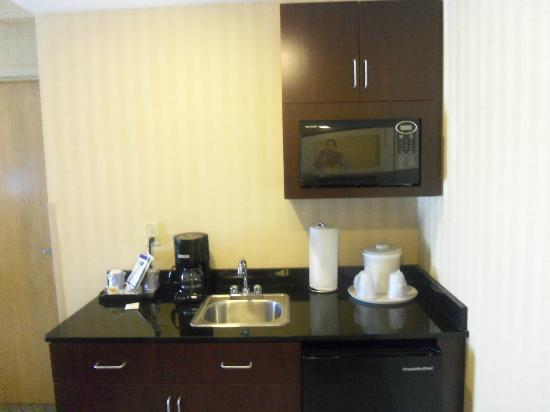 Holiday Inn Express Hotel & Suites West Long Branch: kitchinette