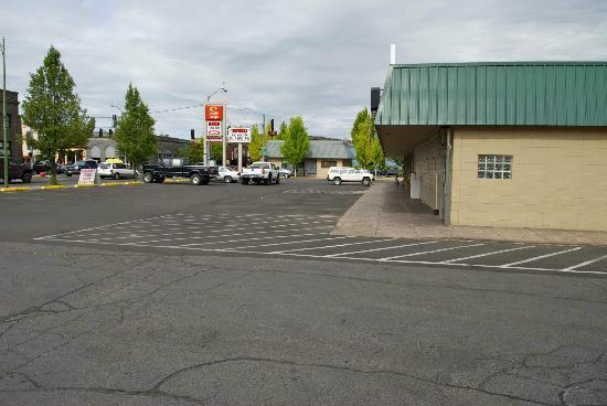 Econo Lodge Prineville: Strip Mall that shares same parking lot