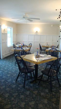 Snow Squall Bed and Breakfast: dining room