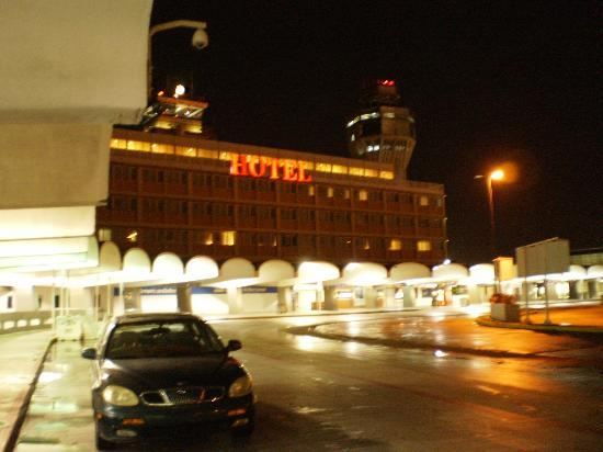 San Juan Airport Hotel: Hotel at night!