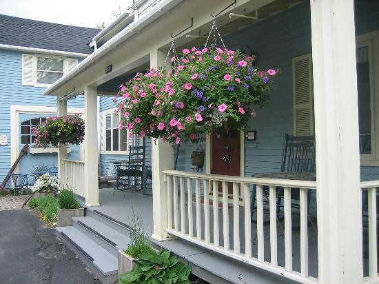 Blue Harbor House: Front of Inn Hanging Baskets