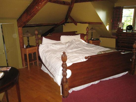 Fairholm National Historic Inn: brecken suite - bed