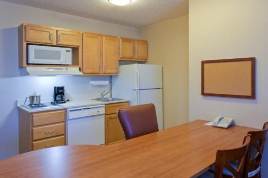Candlewood Suites Harrisonburg : One Bedroom Suite Kitchen