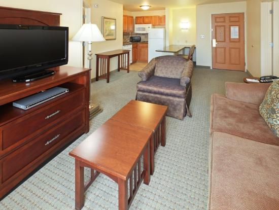 Staybridge Suites Fayetteville/Univ Of Arkansas: 2 Bedroom living Area