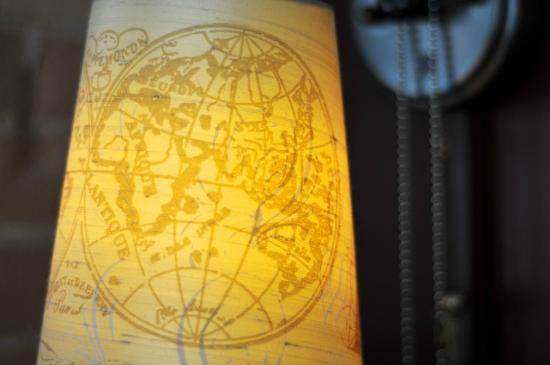 Gladstone Hotel: map lamps