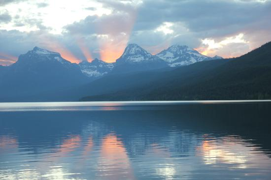Village Inn At Apgar: Sunrise over Lake McDonald from our room