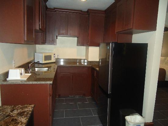 Rodeway Inn &amp; Suites Medical Center: King/Double Suite Kitchen