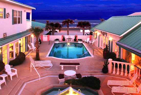 Island Cottage Oceanfront Inn and Spa : Evening courtyard looking out toward ocean 