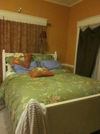 Thistledown Inn B&B: This bed is amazing!!!! I had to jump up on it at night. Want to sleep here?: luxury roo