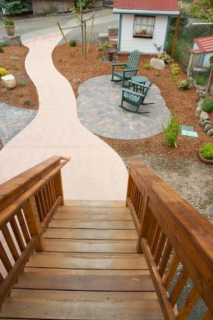Country Willows Bed and Breakfast Inn: Stairs down from the breakfast room to a sitting area