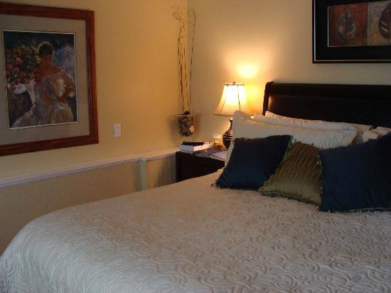 KeriGlen Lake View Bed & Breakfast: The bedroom - with a jar a sweets to nibble on by the bed