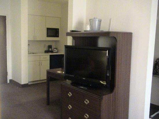 Ashmore Inn & Suites: Small kitchenette and sitting room