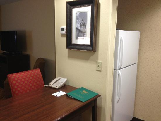Homewood Suites by Hilton Binghamton/Vestal: kitchen and desk