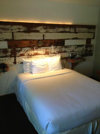 968 Park Hotel: Awesome headboard