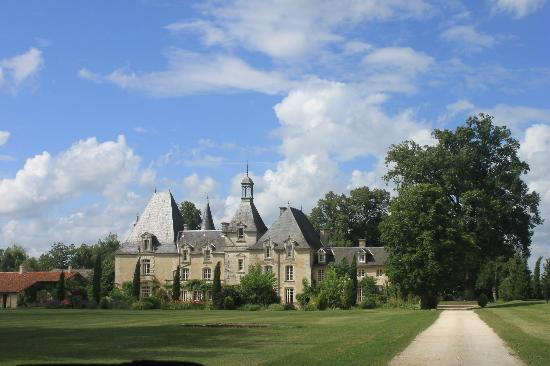 Chateau Le Mas de Montet: View as you approach Chateau