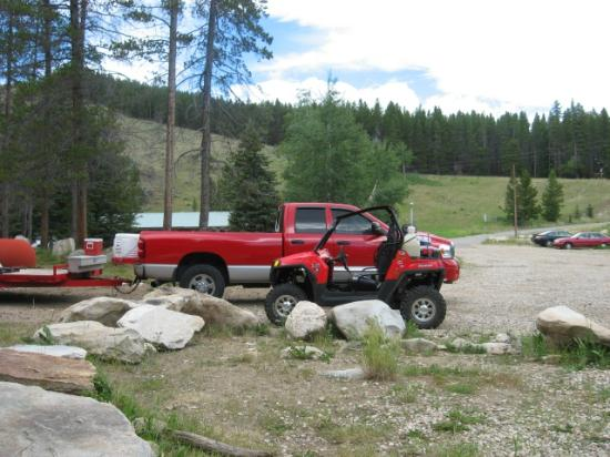 South Fork Mountain Lodge: Lots of parking space at Antelope Cabin for trailers