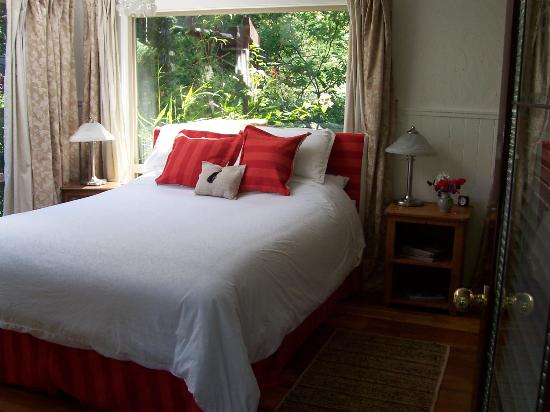 The Garden Room B&B: cozy queen bed