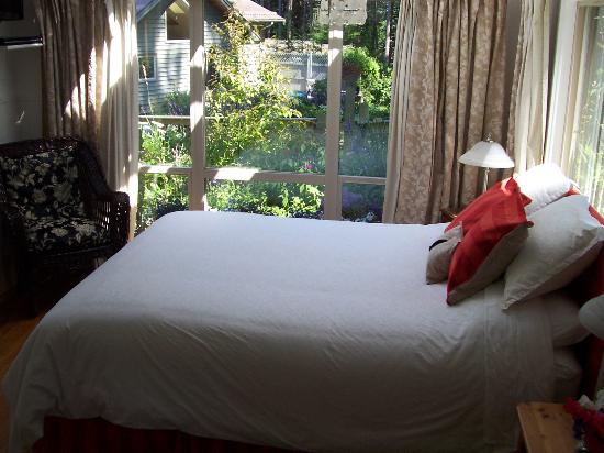 Denman Island, แคนาดา: view of garden from bed
