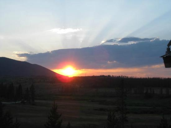 High Mountain Lodge: Sunset view from the deck