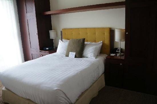 Pan Pacific Whistler Village Centre: Separate bedroom with its own tv and sliding door to the balcony